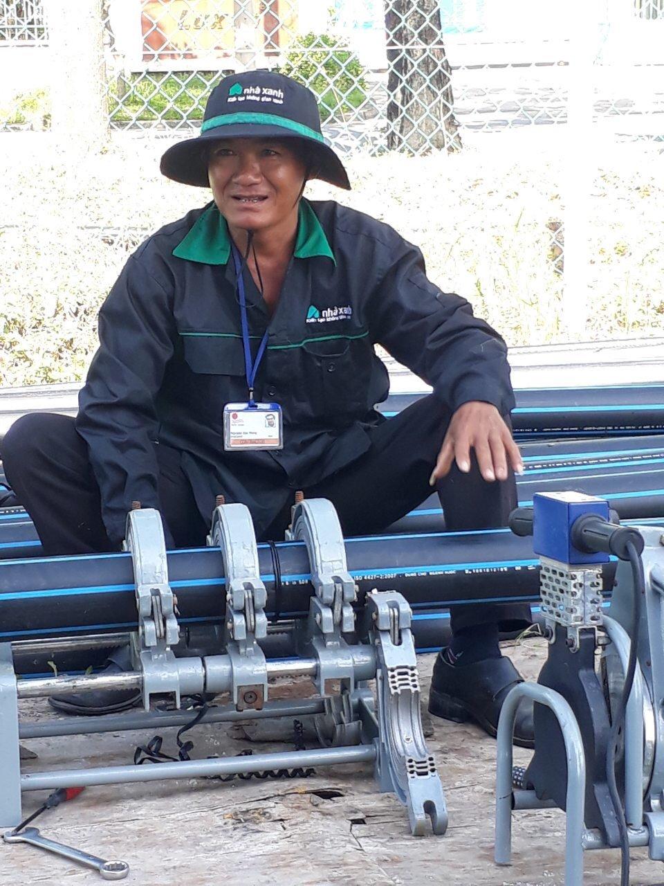 Công nhân lắp đặt hệ thống tưới tự động cho nhà máy First Solar
